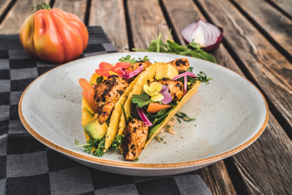 Puten-Taco mit Avocado und Wildkräutersalat