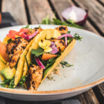 Puten-Taco mit Avocado und Wildkräutersalat - close