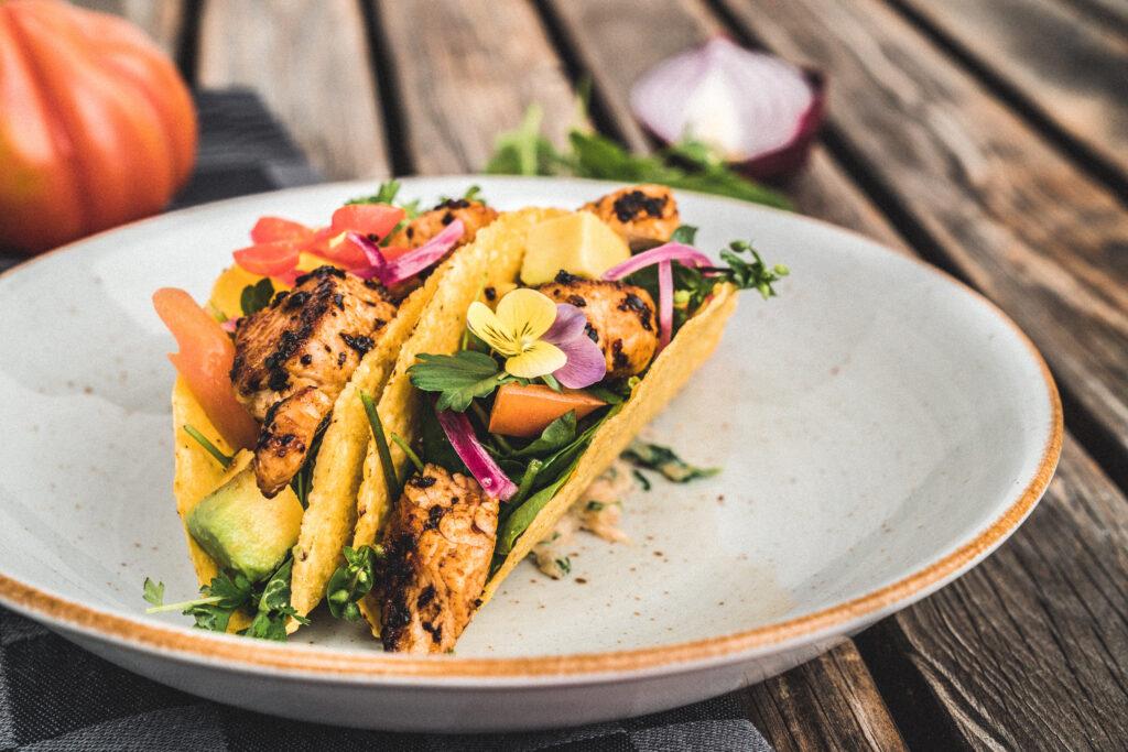 Rezeptidee Puten-Taco mit Avocado und Wildkräutersalat